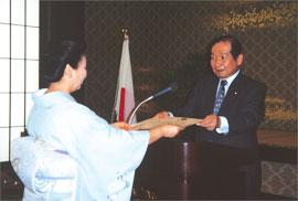 外務大臣表彰を受ける(於 外務省)