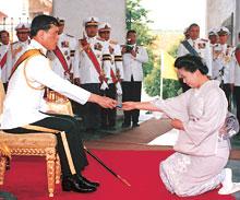 マハー・ワチラロンコーン皇太子殿下よりメダルを賜る